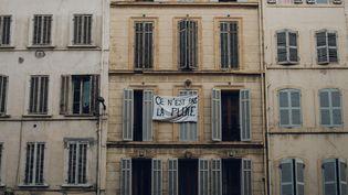 """Un panneau """"Ce n'est pas la pluie"""" dénonçant l'inaction de la municipalité après l'effondrement d'immeubles dans la rue d'Aubagne, à Marseille (Bouches-du-Rhône), le 9 novembre 2018. (THEO GIACOMETTI / HANS LUCAS / AFP)"""