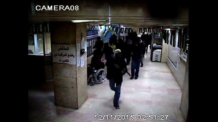 Capture d'écran de la vidéosurveillance de l'hôpital Al-Ali d'Hébron montrant un raid de soldats israéliens mercredi 11 novembre. (HO / AL-AHLI HOSPITAL / AFP)
