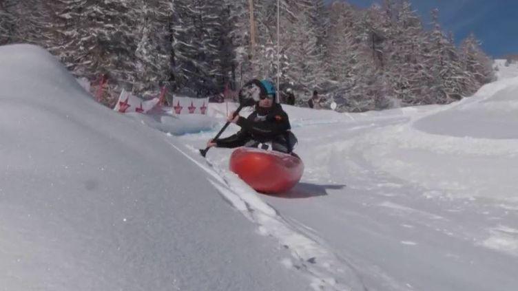 Découverte : le kayak de neige, un sport né il y a trois ans dans les Alpes (CAPTURE D'ÉCRAN FRANCE 3)