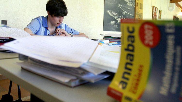 Un jeune homme révise son baccalauréat, le 25 avril 2007, dans une salle de l'abbaye de l'île de Saint-Honorat, une des deux îles de Lérins, au large de Cannes. (ERIC ESTRADE / AFP)