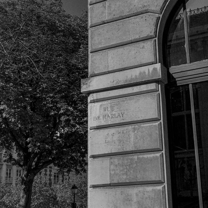 Rue de Harlay, sur l'île de la Cité, où se situe le Palais de justice de Paris. (DAVID FRITZ-GOEPPINGER POUR FRANCEINFO)
