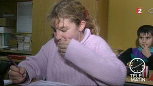 Une élève en train d'éternuer (France 2)