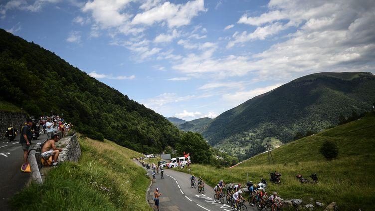 Des cyclistes sur le Tour de France durant l'ascension du col du Portillon entre Carcassonne et Bagnères-de-Luchon, mardi 24 juillet 2018. (JEFF PACHOUD / AFP)