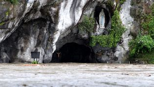 Les sanctuairesde Lourdes (Hautes-Pyrénées) partiellement inondés par le débordement du gave, le 18 juin 2013. (LAURENT DARD / AFP)