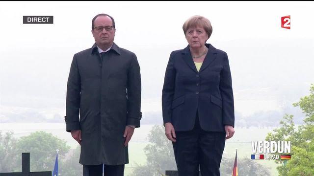 Le président français et la chancelière allemande se sont retrouvés sous la pluie au cimetière allemand de Consenvoye pour un moment de recueillement, exactement comme le firent Helmut Kohl et François Mitterrand en 1984.