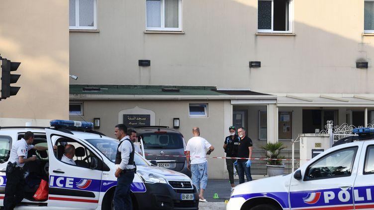 Des policiers devant la mosquéeSunna de Pontanézen, à Brest(Finistère), le 27 juin 2019. (FRED TANNEAU / AFP)