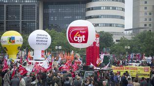 Des centaines de fonctionnaires rassemblés à Bercy en mai 2011. (BERTRAND LANGLOIS / AFP)