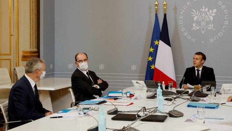 Emmanuel Macron, Jean Castex et Bruno Le Maire lors d'une réunion à l'Elysée, le 17 novembre 2020. (LUDOVIC MARIN / AFP)
