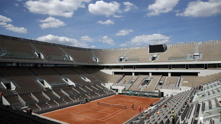 Le court Central de Roland-Garros, porte d'Auteuil à Paris. (YOAN VALAT / EPA)