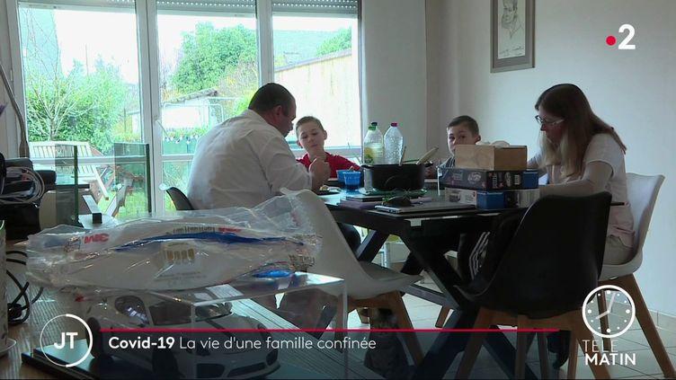 La famille Hardy évite tout déplacement inutile et suit les recommandations du gouvernement, malgré certaines incohérences selon eux. (France 2)