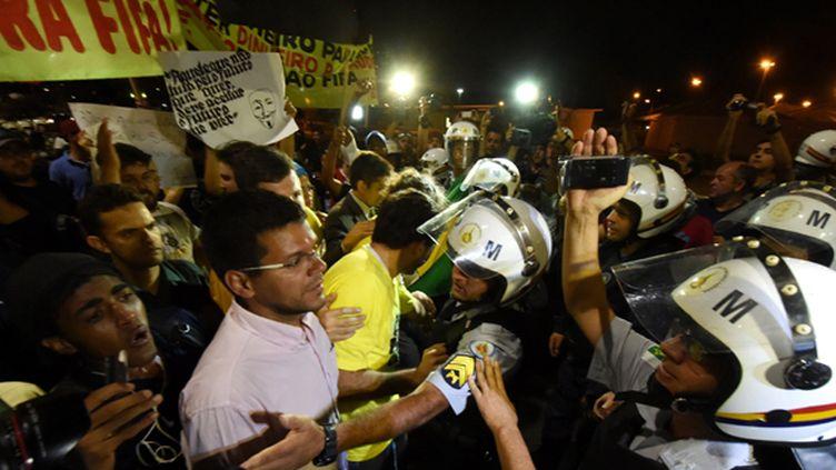 Des manifestants brésiliens face à la police locale (EVARISTO SA / AFP)