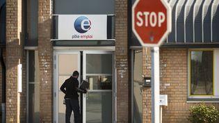 Un homme pénètre dans une agence Pôle emploi le 28 avril 2015, à Lille. (PHILIPPE HUGUEN / AFP)