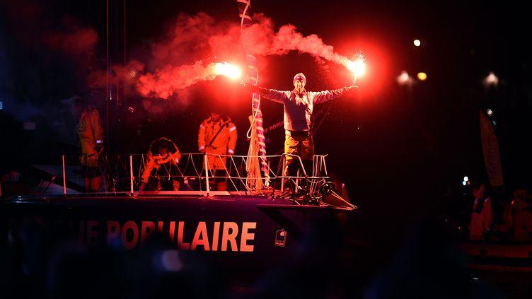 Le skipper Armel Le Cléac'h franchit la ligne d'arrivée du Vendée Globe, aux Sables-d'Olonne (Vendée), le 19 janvier 2017. (JEAN-SEBASTIEN EVRARD / AFP)