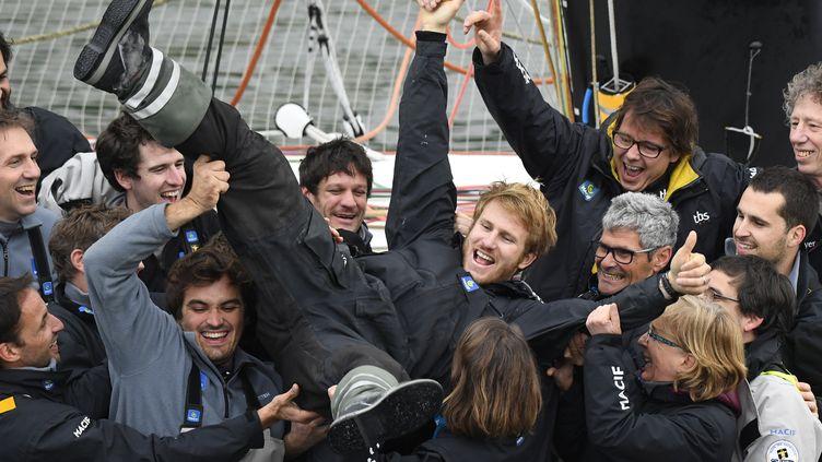 Le navigateur François Gabart célébré par son équipe après avoir battu le record du tour du monde en solitaire, dimanche 12 décembre. (DAMIEN MEYER / AFP)