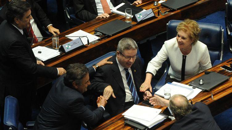 Les sénateurs d'opposition se félicitent du vote en faveur de l'organisationd'un procès en destitution de la présidente Dilma Rousseff, mercredi 10 août 2016 à Brasilia (Brésil). (ANDRESSA ANHOLETE / AFP)