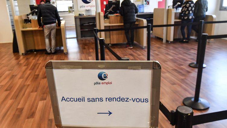 Des personnes aux guichets d'un bureau Pôle emploi à Montpellier (Hérault). Photo d'illustration. (PASCAL GUYOT / AFP)