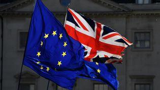 Le drapeau européen et l'Union Jack flottent devant le Parlement britannique, à Londres, le 14 mars 2019. (BEN STANSALL / AFP)