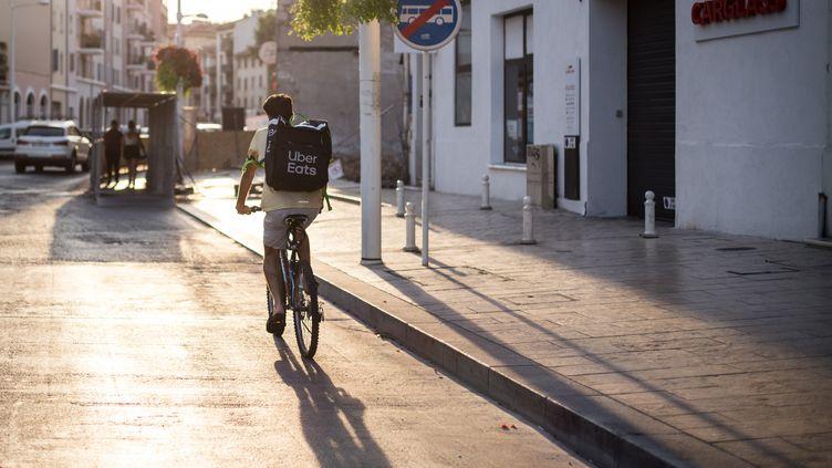 Un livreur travaillant pour Uber Eats à Toulon (Var), le 21 juillet 2019. (FRANCK BESSIERE / HANS LUCAS / AFP)