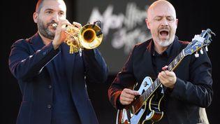 Le trompettiste et compositeur franco-libanais Ibrahim Maaloufet le guitariste français François Delporte sur la scène du lac du 55e Montreux Jazz Festival (LAURENT GILLIERON/EPA/Newscom/MaxPPP)