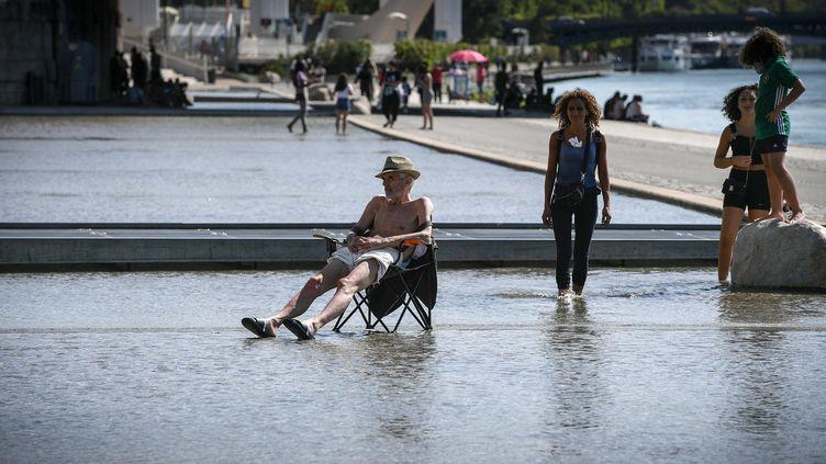 Des habitants de Lyon (Rhône) se rafraîchissent durant l'épisode de canicule, le 29 juillet 2020. (MAXPPP)