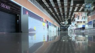 En fin de journée, mardi 31 mars, l'aéroport de Paris-Orly (Val-de-Marne) va fermer à cause de la chute du transport aérien avec la crise sanitaire du Covid-19. (FRANCE 2)