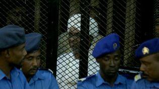 L'ancien président Omar El-Béchir devantun tribunal spécial de Khartoum (Soudan), samedi 14 décembre 2019. (MAHMOUD HAJAJ / ANADOLU AGENCY / AFP)
