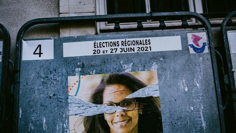 Une affiche déchirée d'Audrey Pulvar, la candidate aux élections régionales en Ile-de-France soutenue par le Parti socialiste, le 7 juin 2021 à Paris. (MAXIME LEONARD / HANS LUCAS)