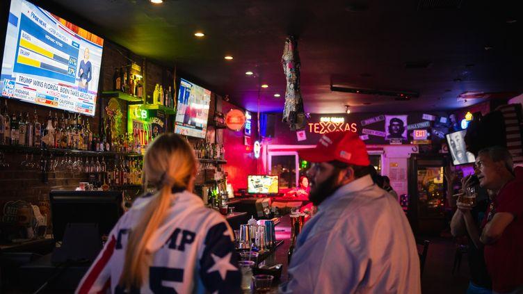 Des électeurs de Donald Trump suivent la soirée électorale dans un bar d'El Paso, au Texas, le 3 novembre 2020. (JUSTIN HAMEL / AFP)