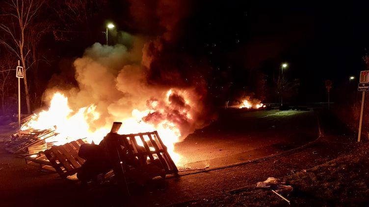 """Vendredi4 janvier, une cinquantainede """"gilets jaunes"""" avaient érigé des barricades pour bloquer l'accès au site, qui assure l'impression du journal L'Est Républicain notamment. (YANNICK VERNINI / MAXPPP)"""