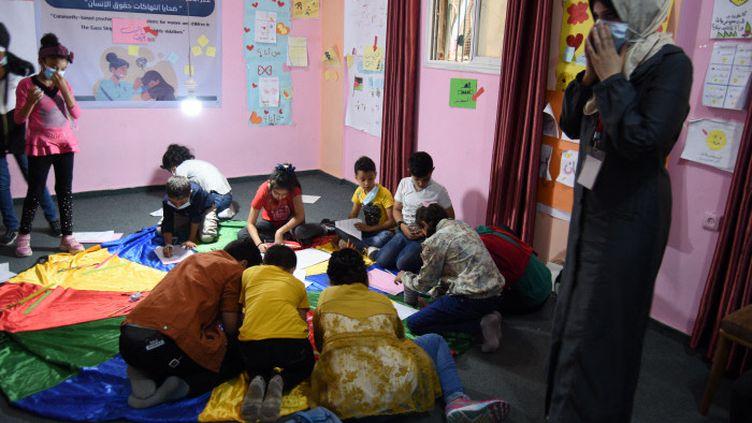 Les locaux des Comités de l'Union des femmes palestiniennes, où des enfants participent à un atelier pour prendre en charge le traumatisme de la guerre. (RÉMI BRANCATO / FRANCE-INTER)