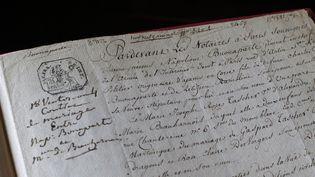 Le contrat de mariage de Napoléon Bonaparte et Joséphine (phographié en juillet 2014), vendu aux enchères ce 21 septembre 2014.  (THOMAS SAMSON / AFP)