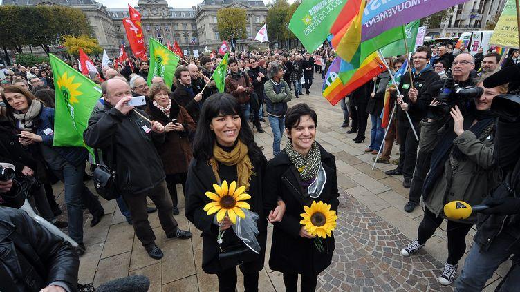 Des élus locaux du Nord se sont rassemblés place de la Républiquesamedi 10 novembre à Lille pour célébrer le mariage, symbolique, de deux femmes. (MAXPPP)