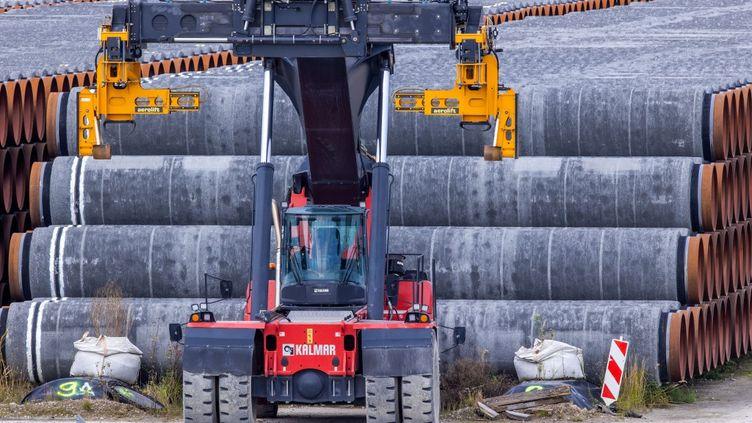 Des tuyaux servant à bâtir le gazoduc, à Mukran en Allemagne, le 11 septembre 2020. (JENS BUTTNER / DPA-ZENTRALBILD / AFP)