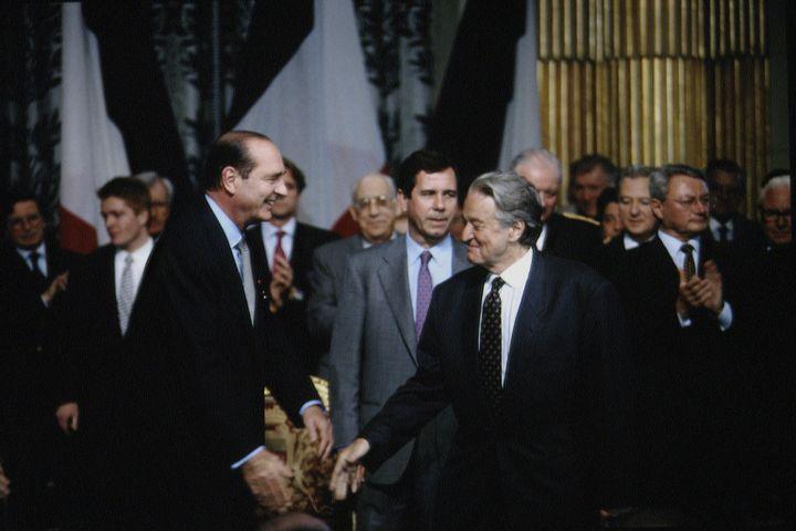 Jacques Chirac, fraîchement élu président de la République, et le président du Conseil constitutionnel Roland Dumas le 24 mai 1995, au Palais de l'Elysée à Paris. (LANGEVIN JACQUES / SYGMA)