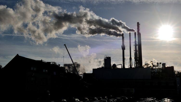 De la fumée s'échappe des cheminées d'une usine de Haubourdin (Nord) le 31 octobre 2013. (PHILIPPE HUGUEN / AFP)