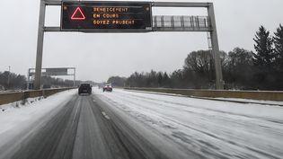 Un panneau appelle à la vigilance lors d'opération de déneigement de l'autoroute A36, entre Montbeliard et Besançon (Doubs), le 10 décembre 2017. (SEBASTIEN BOZON / AFP)