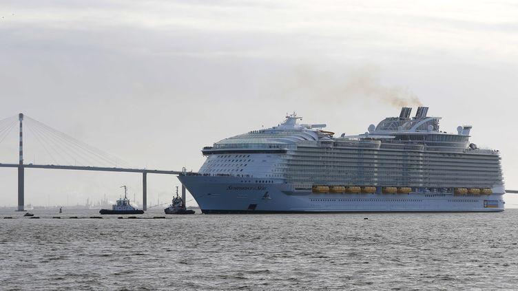 """Le """"Symphony of the Seas"""", construit au chantier naval STX France, quitte le port de Saint-Nazaire (Loire-Atlantique), le 24 mars 2018. (MAXPPP)"""