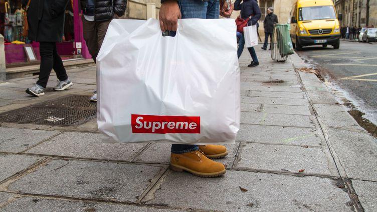Le célèbre sac Supreme qu'arborent fièrement tous les acheteurs à la sortie de la boutique dans le Marais à Paris. (ELODIE DROUARD / FRANCEINFO)
