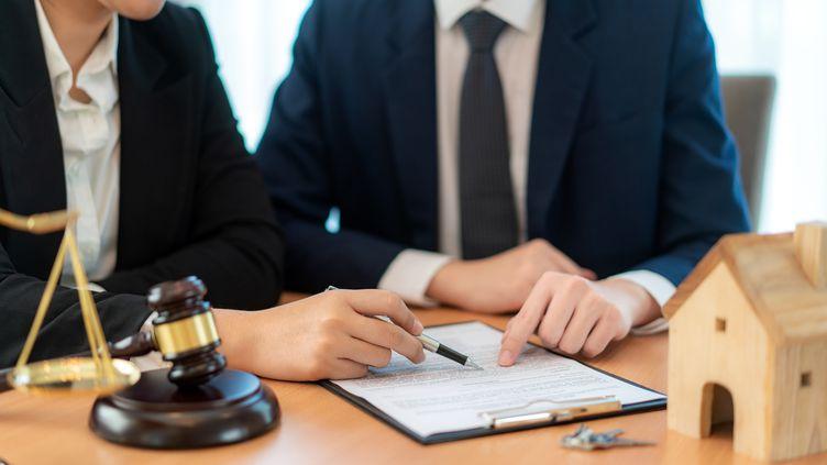 Les frais de notaire ne sont pas tous destinés au notaire. Une grosse part va aux impôts. (PRASIT PHOTO / MOMENT RF / GETTY IMAGES)