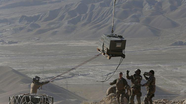 Des soldats français évacuent du matériel par hélicoptère et préparent le retrait des troupes tricolores dudistrict de Surobi, près de Kaboul (Afghanistan), le 28 juillet 2012. (ALEXANDER KLEIN / AFP)