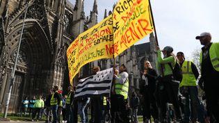 Des manifestants devant la cathédrale de Rouen, le 6 avril 2019. (KENZO TRIBOUILLARD / AFP)