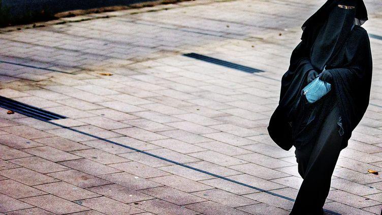 Une femme en burqa à La Haye (Pays-Bas), le 1er décembre 2014. (JERRY LAMPEN / AND / AFP)