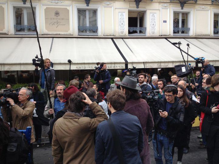 Les journalistes attendent les lauréats du Goncourt devant le Drouant  (Laurence Houot / Culturebox)