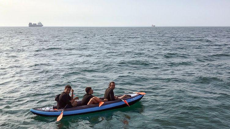 Trois migrants tentent de traverser la Manche, le 4 août 2018, au large de Calais (Pas-de-Calais). (AFP)