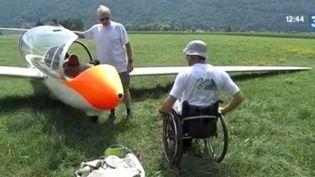 En Isère dans un club de vol à voile, Didier et Nicolas, deux hommes en situation de handicap passent leur brevet de pilotage. (FRANCE 3)