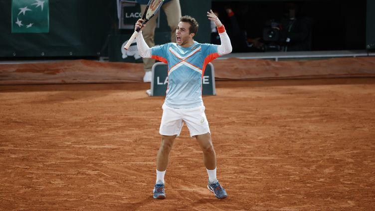 Le Français Hugo Gaston lors d'un huitième de finale de Roland-Garros contre l'Autrichien Dominic Thiem, le 4 octobre 2020, à Paris. (STEPHANE ALLAMAN / DPPI / AFP)
