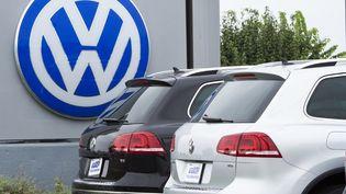 Un logo Volkswagen visible chez un concessionnaire de Woobridge (Etats-Unis), le 29 septembre 2015. (PAUL J. RICHARDS / AFP)
