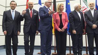 Les négociateurs de l'accord sur le nucléaire iranien, réunis le 14 juillet 2015 à Vienne (Autriche). (JOE KLAMAR / AFP)