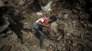 A Sankhu, au Népal, un homme creuse dans les décombres de sa maison. (NAVESH CHITRAKAR / REUTERS)