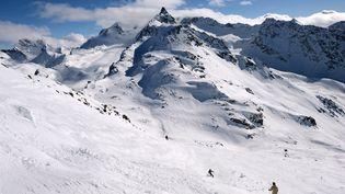 Des skieurs font du hors-piste malgré un risque élevé d'avalanches, à Méribel (Savoie), le 7 mars 2013. (PHILIPPE DESMAZES / AFP)